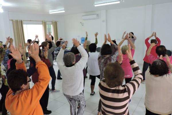 Encontro diferenciado grupos de mulheres do CRAS realizam a prática de atividades físicas