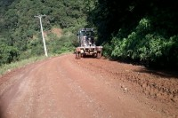 Secretaria de obras em várias frentes de trabalho_Patrolamento_Cascata